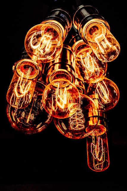 La lumière émise par l'ampoule provient du courant électrique qui passe dans un filament mince de tungstène