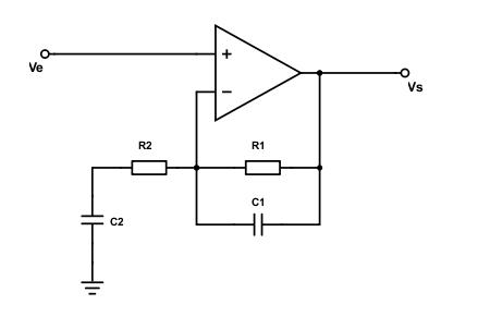 Schéma électrique d'un filtre passe bande à amplificateur opérationnel. La différence avec le premier schéma est le rajout des condensateurs C1 et C2.