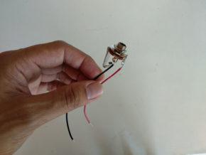 Prise jack soudée à deux fils. Le fil noir est le fil de masse, le rouge est le fil du signal.
