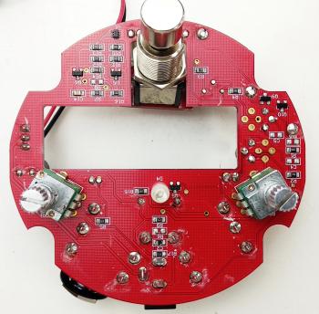 Face du dessus de la mini Fuzz Face qui contient des composants montés en surface : les petits rectangles sont des résistances, des transistors, etc...