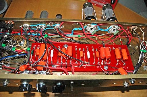Montage point par point : la plaque de support des composants ne contient aucune piste (source : Mataresephotos).