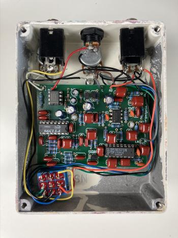 Un kit de pédale d'effet vu de l'intérieur (PT-80).