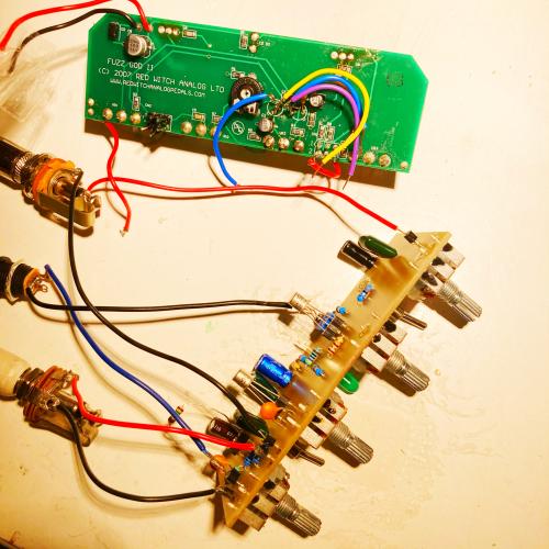 Ancien PCB (vert) et nouveau PCB peuplé prêt à être testé.
